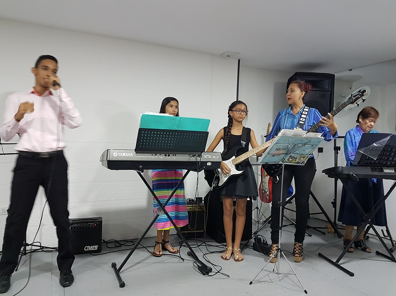 Lovely all-age worship band at Dios con Nosotros!